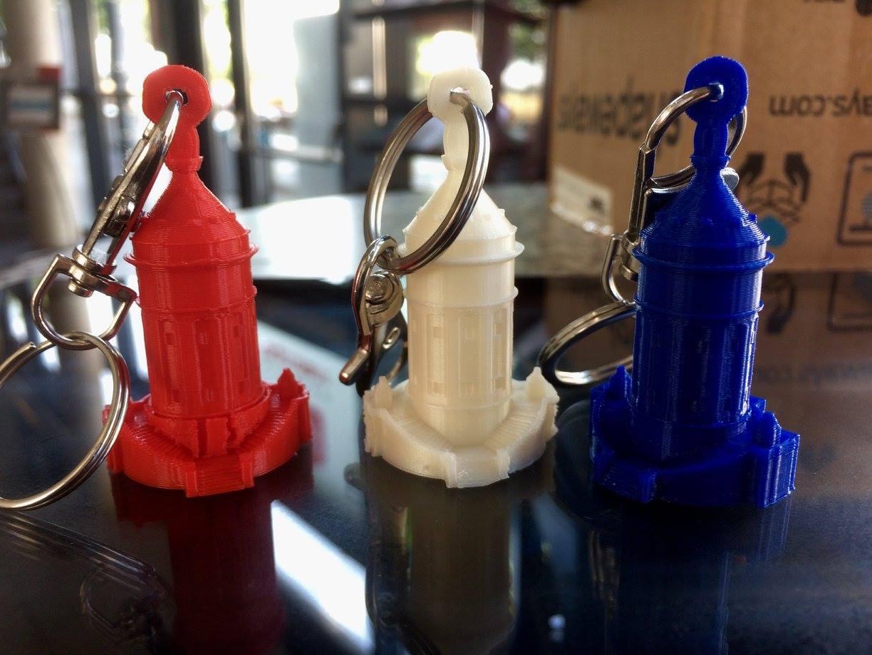 3d gedruckte Wassertuerme in Blau, Rot und Weiss