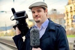 Adrian Yass mit Mikrofon und Fernsehkamera